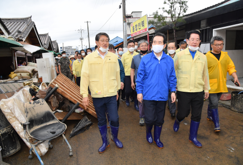 PM visits a market hit by recent torrential rains