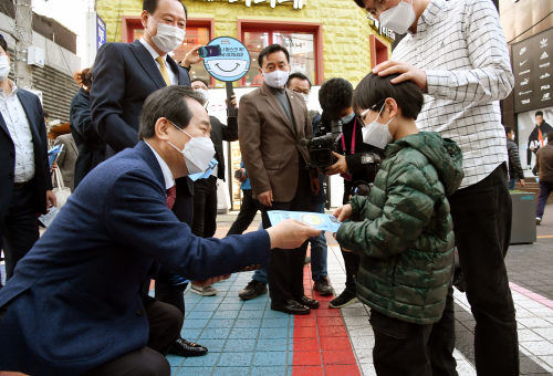 Prime minister joins mask-wearing campaign on Seoul street