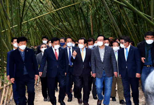PM visits Taehwa River